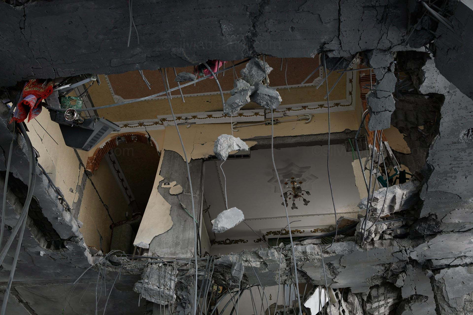 Tuffah, a living room seen through a bombed out floor. Gaza, August 2014